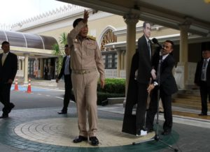 Prayuth forlader en pressekonference hvor han beder journalisterne stille deres spørgsmål til en papudskæring.