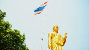 Størstedelen af befolkningen bekender sig til theravada-buddhismen