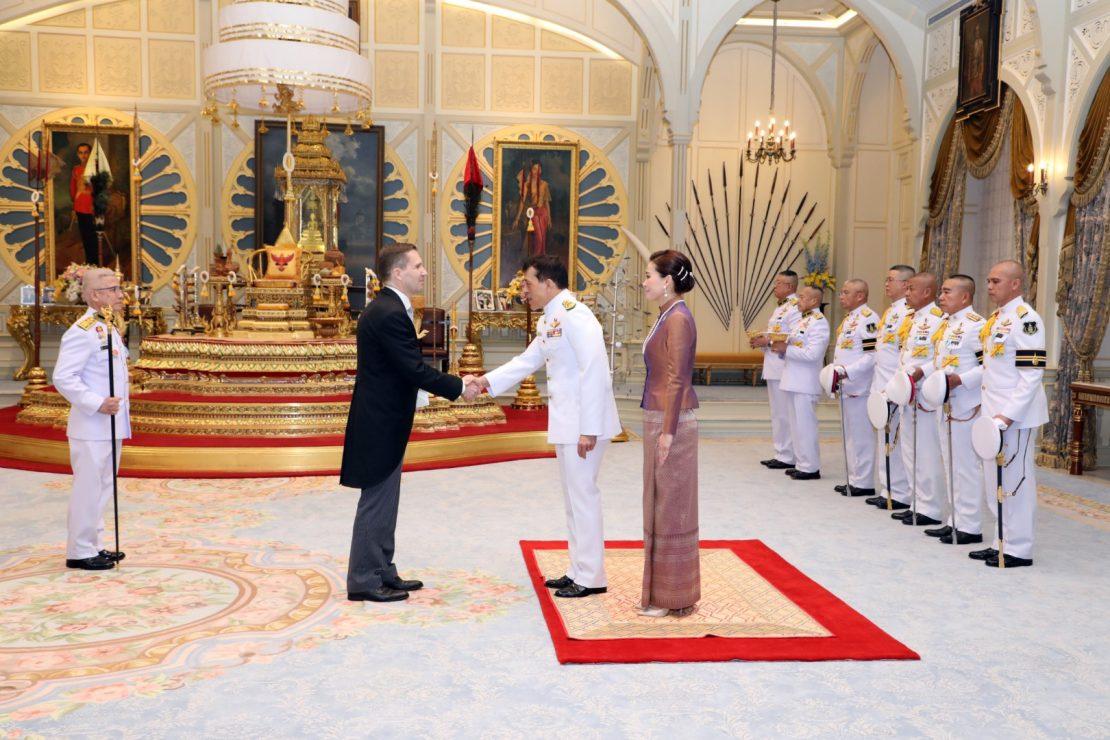Her giver den nye danske ambassadør hånd til Kongen.